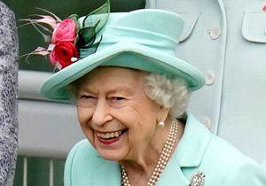 La reine Elisabeth II fait un geste en direction de Meghan Markle et du prince Harry