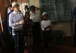 Madonna apprend la politesse avec la présidente du Malawi