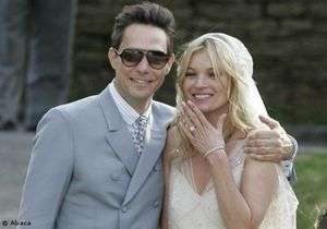 Mariage champêtre pour Kate Moss, tout sourire en Galliano