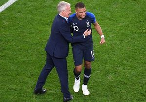 Mbappé et Deschamps en salopette aux Enfoirés : la photo qui buzz