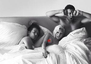 Miley Cyrus au lit, seins nus, en compagnie de deux hommes