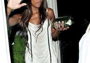 Naomi Campbell s'en prend violemment à un photographe !