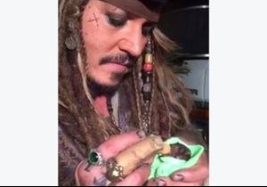 #PrêtàLiker : Johnny Depp donne le biberon à un bébé chauve-souris