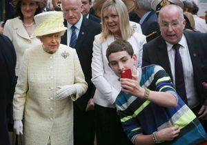 Tout le monde veut son selfie avec la reine d'Angleterre!