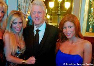 Une photo de Bill Clinton avec des actrices du X fait le buzz