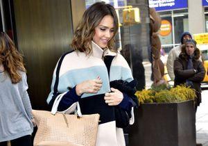 Le look du jour : Jessica Alba adore son manteau Chloé !