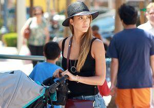 Le look du jour : Jessica Alba, chic en boyfriend jean et sac Marni