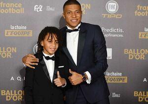Kylian Mbappé pose avec son petit frère Ethan à la cérémonie du Ballon d'or