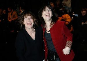 Charlotte Gainsbourg et Jane Birkin, duo mère/fille très complice au défilé Saint-Laurent