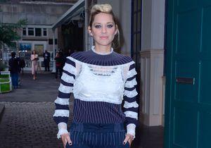 Marion Cotillard, blonde rock pour assister à la Fashion Week de Paris !