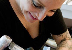 Alexia Cassar, celle qui tatoue les seins des femmes après une mastectomie
