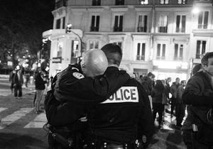 Attentats à Paris: l'histoire de la photo des policiers émus aux larmes