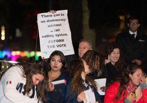 Des féministes perturbent la première du film « Les Suffragettes »