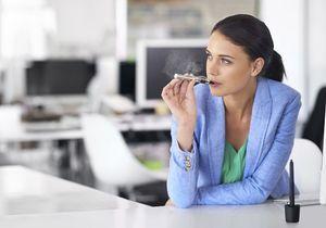 La cigarette électronique pourrait bientôt être interdite au travail