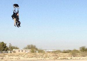 La survivante Gabrielle Giffords saute en parachute