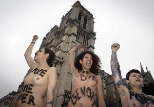 Les Femen fêtent topless la démission du pape à Notre-Dame