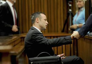 Les larmes d'Oscar Pistorius, accablé par le rapport balistique