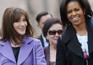 Michelle Obama offre une guitare à Carla Bruni !