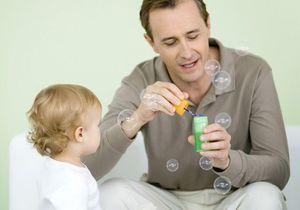 Parité : vers un congé parental des hommes plus long ?