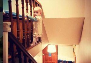 Un bébé accroché à l'escalier : la photo qui va vous faire halluciner