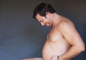 Un futur papa prend la pose à la place de sa femme enceinte
