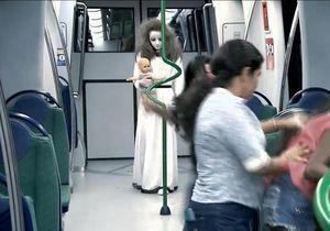 Une petite fille terrorise les passagers du métro brésilien