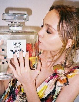 Lily-Rose Depp, égérie d'une nouvelle déclinaison de Chanel n°5