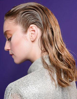 Comment (bien) se sécher les cheveux naturellement pour un résultat canon