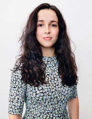 ELLE relooke : l'avant-après de Louisa qui a dompté ses cheveux bouclés avec une frange
