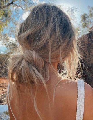 Le Cord Knot Bun, le chignon tendance qu'on va toutes adopter cet été