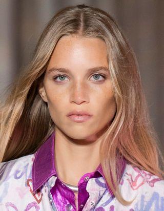 Balayage californien : la coloration capillaire qui donne un coup de soleil à nos cheveux