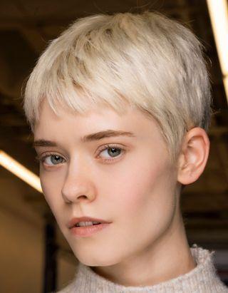 Décoloration maison : comment éclaircir ses cheveux soi-même