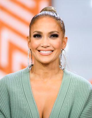 Jennifer Lopez dévoile ses cheveux bouclés naturels