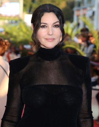 Monica Bellucci sublime avec son nouveau carré court à la Fashion Week de Milan