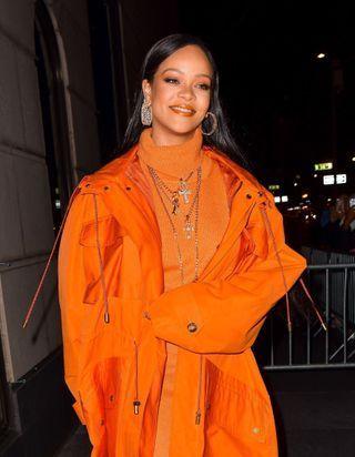 Rihanna change de coupe de cheveux et adopte la coloration stylée de la rentrée