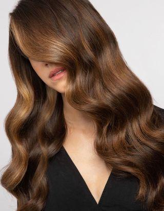 Le « blond expresso », la nouvelle couleur parfaite entre le blond et le brun