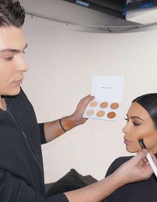 Pourquoi faut-il toujours avoir deux fonds de teint dans son vanity (selon les make up artists) ?