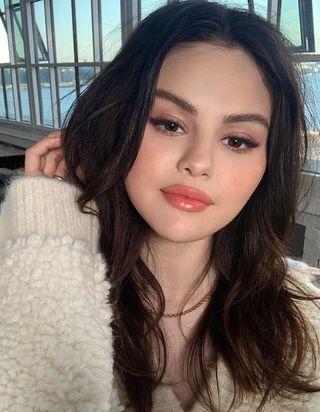 On sait comment reproduire le maquillage automnal de Selena Gomez sur Instagram