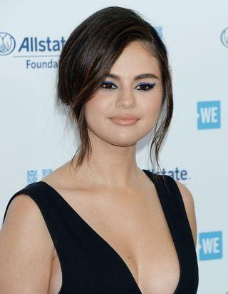 Selena Gomez prouve que le rouge à lèvres n'est pas mort
