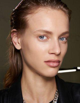 Le soft sculpting, la tendance maquillage la plus naturelle de l'été