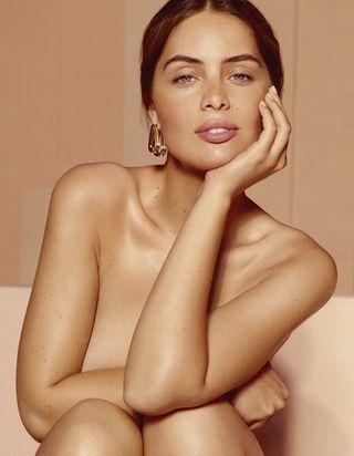 Marie-Ange Casta : la sœur de Laetitia Casta, sensuelle et solaire pour Lancaster Beauty