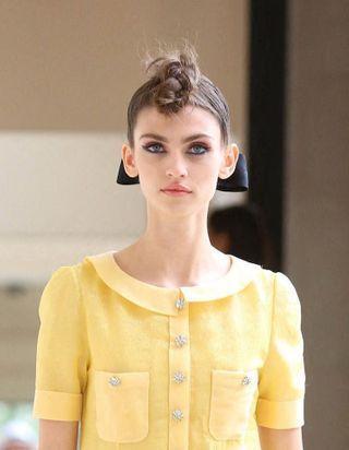 Rubans et tresses : Chanel jette son dévolu sur des coiffures bohèmes pour son défilé Haute Couture