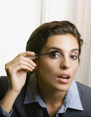 Pourquoi ouvre-t-on la bouche en appliquant du mascara ?