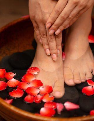 10 recettes de bains de pieds maison pour se relaxer