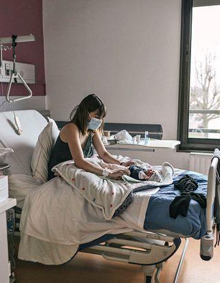 Reportage : les maternités confinées
