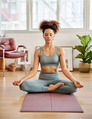 5 postures de yoga pour soulager les douleurs de règles