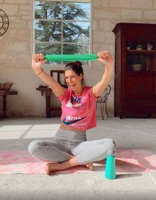 Laury Thilleman s'improvise prof de yoga sur Instagram pendant le confinement