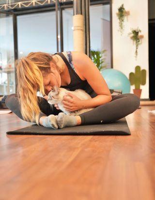 Qu'est-ce que le cat yoga, ce cours de yoga insolite en compagnie de chats ?