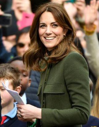 Kate Middleton sobre et chic en tailleur noir