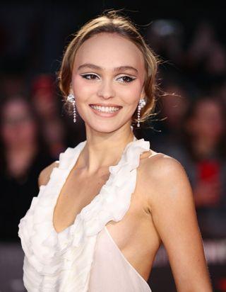 Lily-Rose Depp va-t-elle relancer cette tendance pantalon ?